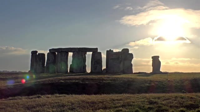 clouds moving over stonehenge, wiltshire england - antica civiltà video stock e b–roll