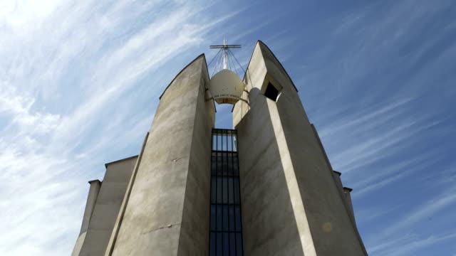 vídeos de stock e filmes b-roll de nuvens sobre a igreja - irkutsk