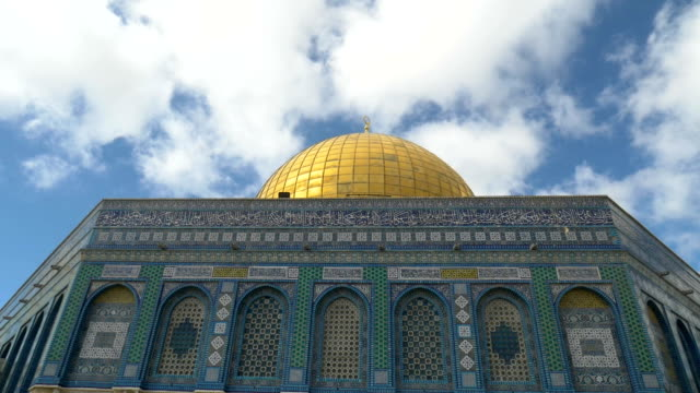 clouds over the dome of rock on the temple mount in the old city of jerusalem. - tempio video stock e b–roll