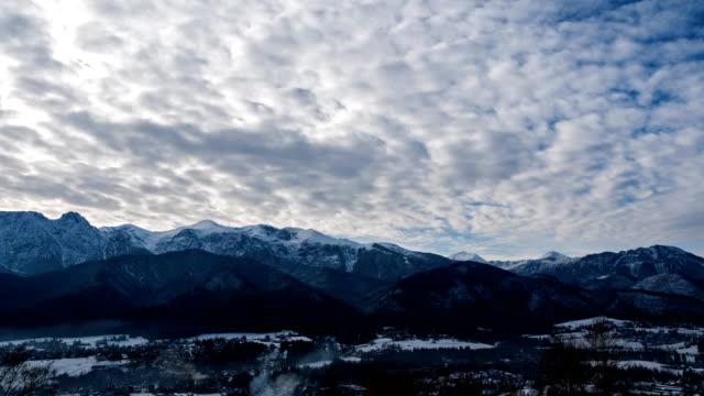 tatra dağları üzerinde bulutlar - zakopane stok videoları ve detay görüntü çekimi