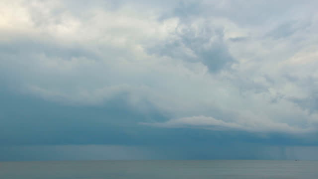 karadeniz 'de bulutlu bir gün. - okyanus gemisi stok videoları ve detay görüntü çekimi