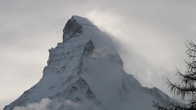 clouds pass summit of matterhorn, after fresh snowfall - маттерхорн стоковые видео и кадры b-roll