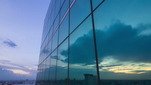 オフィス タワーの雲の反射 - 建物の正面点の映像素材/bロール