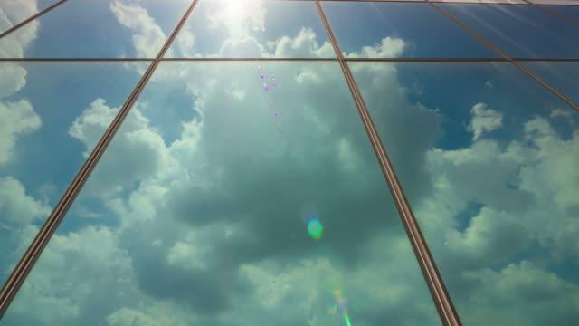 雲の反射ウィンドウ - 建物の正面点の映像素材/bロール