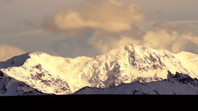 vidéos et rushes de nuages roll plus hauts sommets de montagnes alaska range - nord