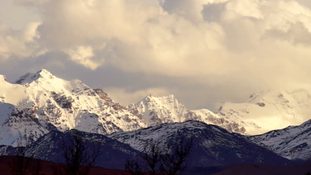 clouds roll over high peaks alaska mountain range - alaska stato usa video stock e b–roll
