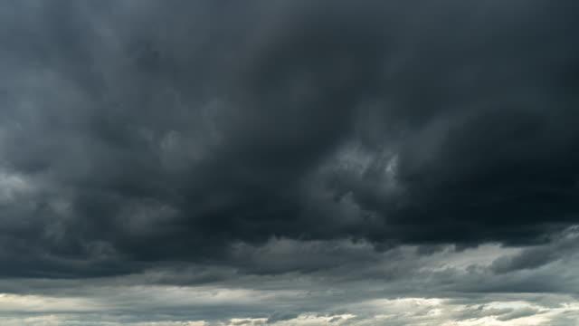 vídeos de stock, filmes e b-roll de nuvens do por do sol e de tempestade 4k lapso de tempo. - acima