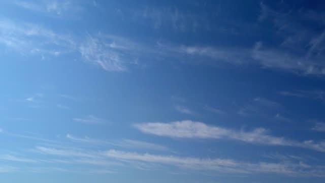 vídeos de stock e filmes b-roll de clouds time lapse - céu claro