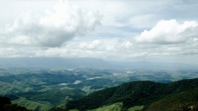 Timelapse de nuvens na floresta tropical - vídeo