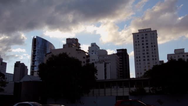 Timelapse de nuvens com edifícios no fundo - vídeo