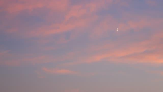 molnlandskap. kvällshimmel med månen och moln hd - halvmåne form bildbanksvideor och videomaterial från bakom kulisserna