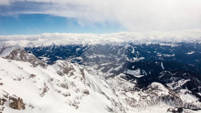 vídeos y material grabado en eventos de stock de t/l cloudscape cumbres de montaña en los alpes europeos - austria