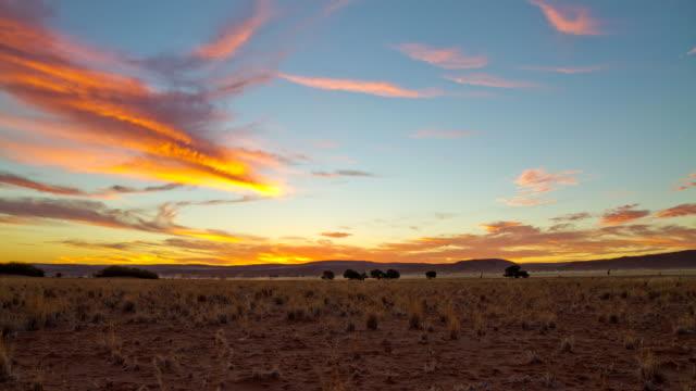 t/l ws krajobraz z chmurami w sesriem - równina filmów i materiałów b-roll