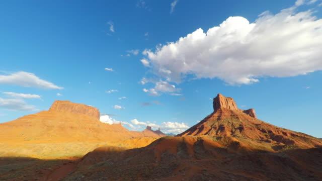 cloudscape timelapse over mesa rock tower near moab, utah - дикая местность стоковые видео и кадры b-roll