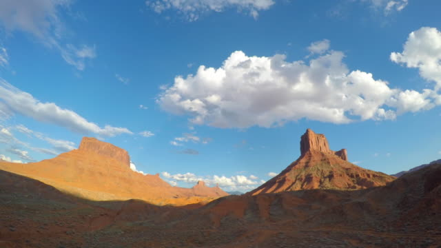 cloudscape timelapse over mesa rock tower near moab, utah - red rock video stock e b–roll