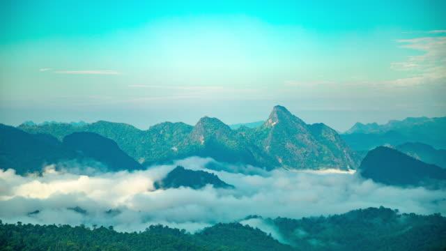 pochmurno i góry z widokiem z lotu ptaka - spektakularny krajobraz filmów i materiałów b-roll