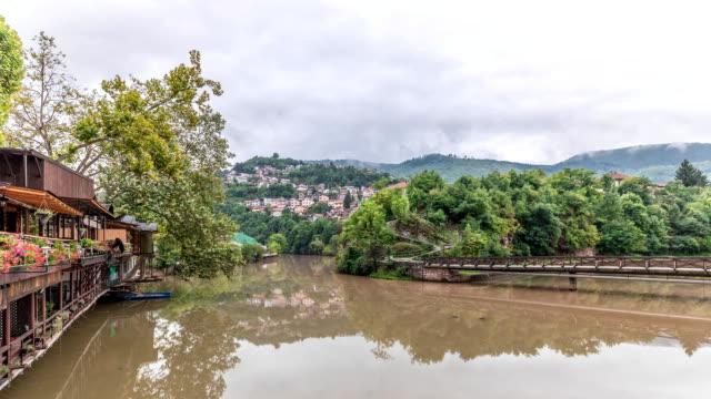 サラエボ、ボスニア・ヘルツェゴビナのミルジャッカ川のタイムラプスで曇りの秋の朝 - ボスニア・ヘルツェゴビナ点の映像素材/bロール