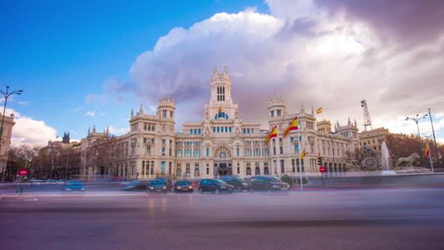 Dia nublado Madrid cidade famosa Postar escritório edifício 4 k intervalo de tempo, Espanha - vídeo
