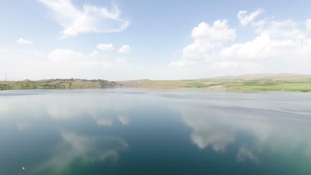 bewölkte see reflexion drohne ansicht - ankara türkei stock-videos und b-roll-filmmaterial