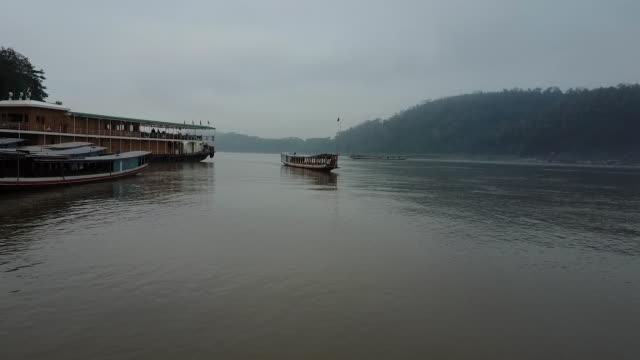 grumlig mekongfloden landskap - turistbåt bildbanksvideor och videomaterial från bakom kulisserna
