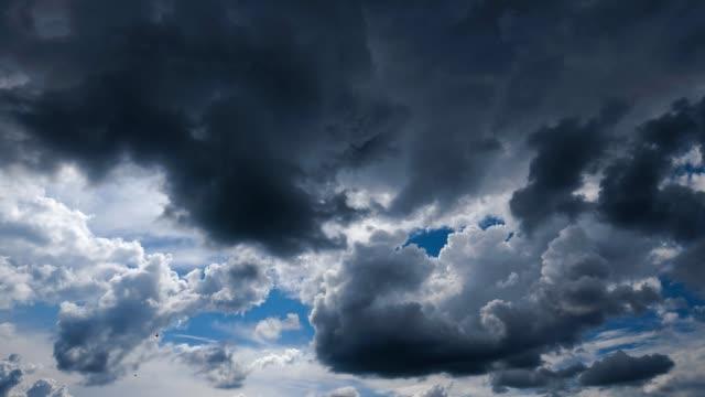 vídeos de stock, filmes e b-roll de timelapse do céu nublado - nublado