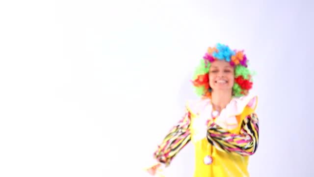 stockvideo's en b-roll-footage met clown - handen op de heupen
