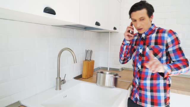 ungeschickt männer versuchen, essen zubereiten. - achtlos stock-videos und b-roll-filmmaterial
