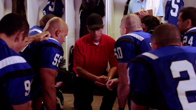stockvideo's en b-roll-footage met coach claps and psyches up team - huddle