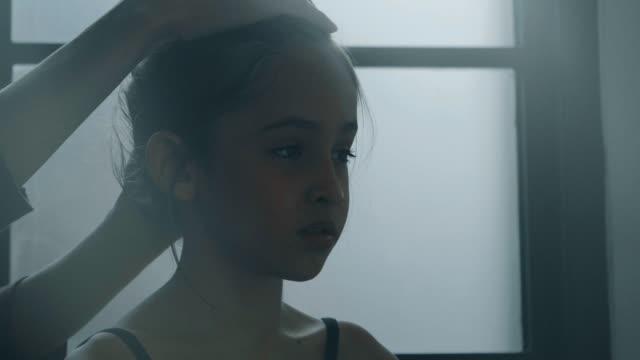 彼女の髪を結ぶために少しバレリーナを助けるコーチ - ストックビデオ - バレリーナ点の映像素材/bロール