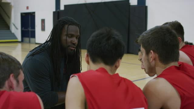 vídeos y material grabado en eventos de stock de entrenador con el equipo de baloncesto de high school secundaria de los muchachos - deportes de la escuela secundaria