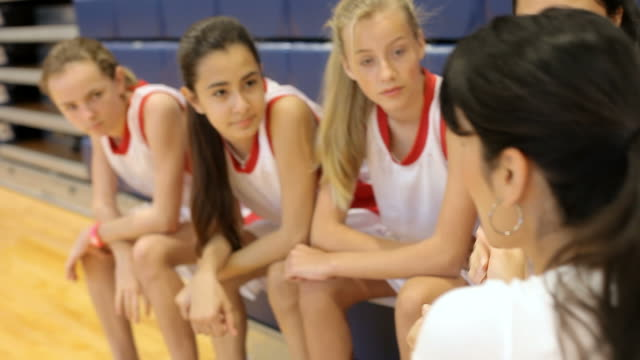 Trainer weibliche High-School-Basketball-Team haben Team sprechen – Video