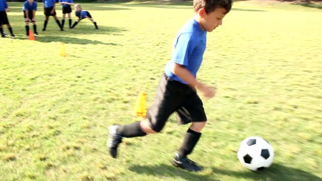 어린이 들의 축구와 코치 팀 연습 훈련 - 연습하기 스톡 비디오 및 b-롤 화면