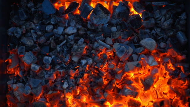 coal burning in a brazier grill. - alla griglia video stock e b–roll