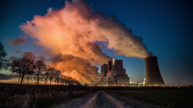 time lapse: coal burning power plant - tracking shot - climate change video stock e b–roll