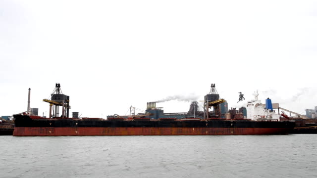 製鉄所での石炭ターミナルで荷降ろし石炭貨物船。 - 石炭点の映像素材/bロール