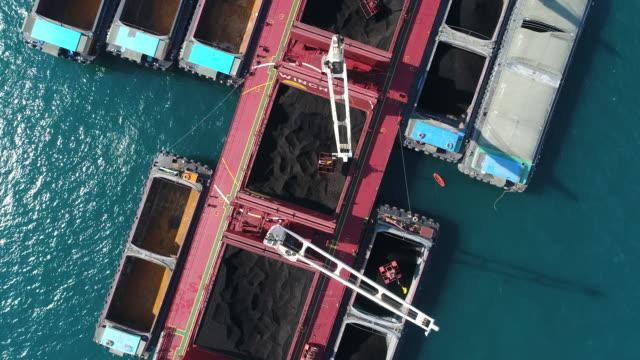 vídeos y material grabado en eventos de stock de buque de carga de carbón que trabaja en el mar - anclado