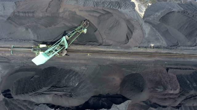石炭の探鉱とマシン。上からの眺め。 - 石炭点の映像素材/bロール
