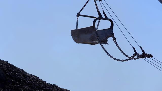 stockvideo's en b-roll-footage met kolen mijnbouw dragline emmer - shovel