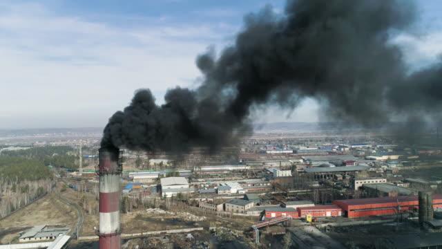 燃煤煙囪向空中釋放黑煙。 - 煙霧 空氣污染 個影片檔及 b 捲影像