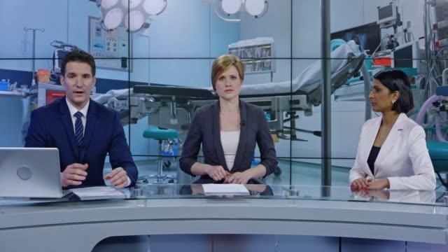 vidéos et rushes de ancres co ld effectuant une pensée sur le thème des soins de santé avec leur invité en studio - interview