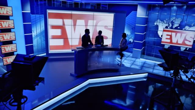 vidéos et rushes de cs co ancres se terminant l'actualité avec l'interview et les lumières s'éteignent dans le studio - interview