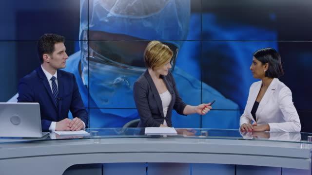 vidéos et rushes de ld les ancres co parler avec une femelle expert sur le sujet de soins de santé dans le studio - interview