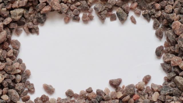 vidéos et rushes de gros kala namak himalayan black indian sea salt. - panoramique des séquences vidéo. - sky