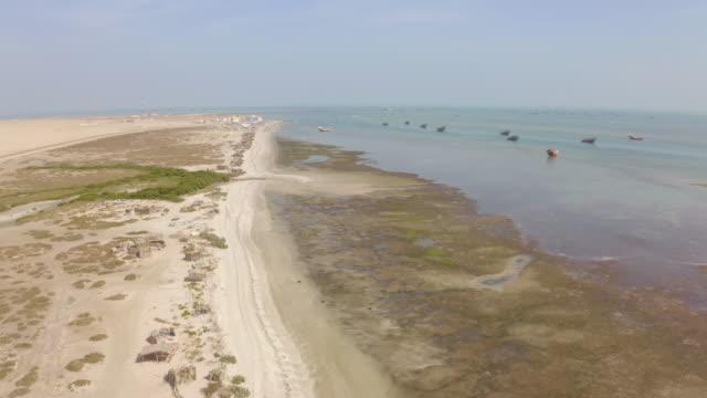 마 시 라 섬의 공중 해안 - oman 스톡 비디오 및 b-롤 화면