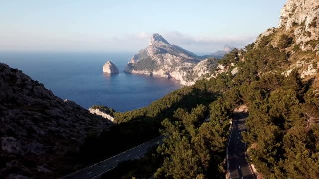 küste mit bergen und felsen von kap formentor - spanien stock-videos und b-roll-filmmaterial