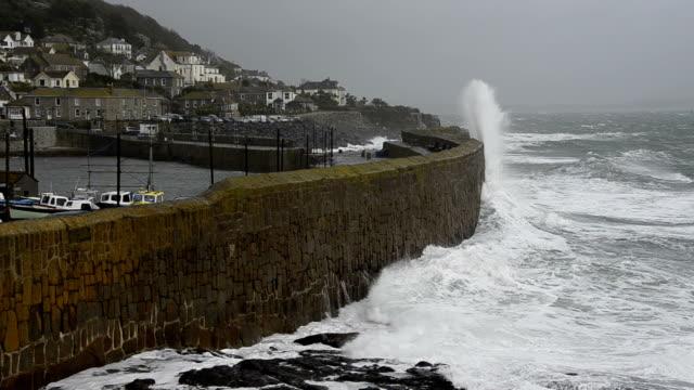 vídeos de stock, filmes e b-roll de coastal tempestade de - estreito mar