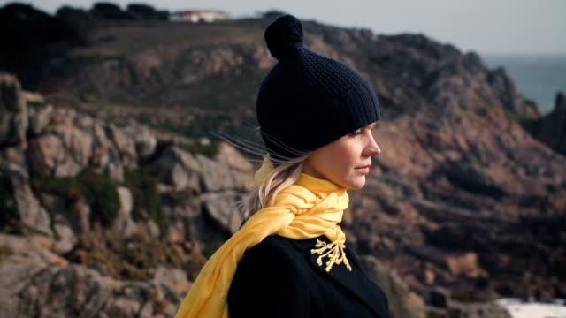 прибрежный ходьбы - шарф стоковые видео и кадры b-roll