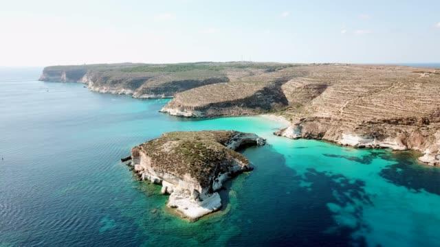 海岸線和 isola 工會 conigli 蘭佩杜薩島義大利天空視圖 - sicily 個影片檔及 b 捲影像