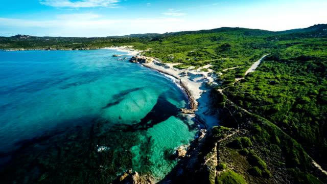 vista aerea : costa della sardegna con spiagge-italia - sardegna video stock e b–roll
