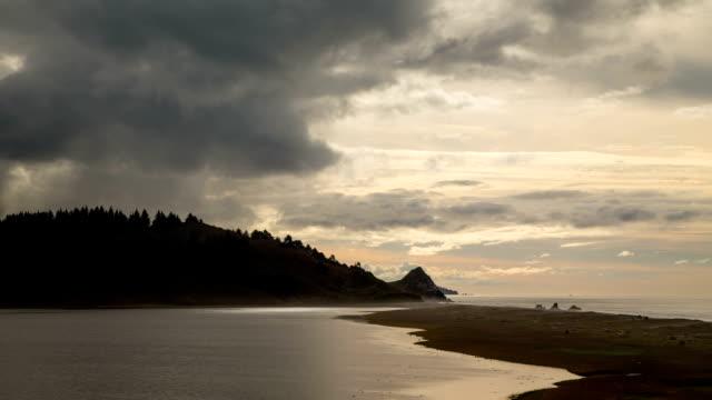 vídeos de stock e filmes b-roll de litoral time lapse - montanha costeira